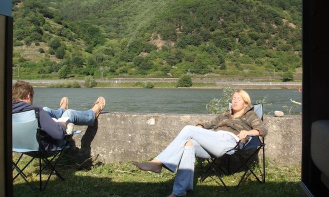 در کنار رود راین با دوست دخترمان استراحت می کردیم